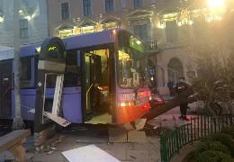 У Чернівцях під міськрадою тролейбус протаранив автівку та дерево