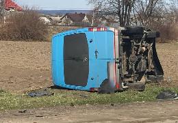 У страшній аварії в Лужанах від удару вантажний бус викинуло на поле