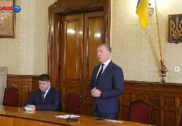 """Інформацію щодо хабаря та """"мічених купюр"""", які виявили у Козарійчука, посадовець не підтверджує і не спростовує. Але, схоже, """"панчохи вже сплетені"""""""