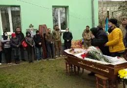 Біля рідного дому у Чернівцях прощаються з полеглим Героєм Олексієм Мамчієм