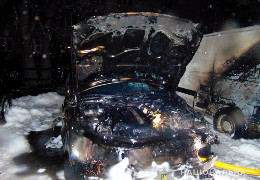 У Чернівцях вщент згоріли дві автівки. Поліція шукає паліїв