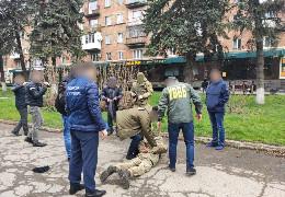 На хабарі 1050 євро у Чернівцях затримали прикордонника, який обіцяв контрабандистам безперешкодне переміщення сигарет через кордон до Румунії