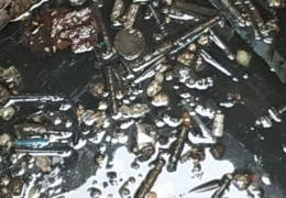 Фотофакт: каналізація біля обласної лікарні у Чернівцях забита залишками шприців, вати, бинтів та інших відходів