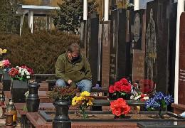 Фото чернівчанина на кладовищі, у якого на Донбасі загинуло двоє синів - воїнів ЗСУ, зворушило українців