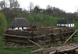 У музеї просто неба в Чернівцях відновлюють хати буковинського побуту