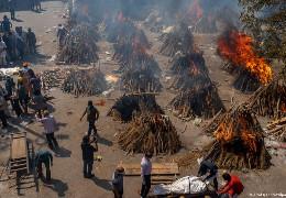 Пандемія COVID-19: крематорії та кладовища Індії переповнені. Померлих спалюють просто на вулицях. Країна у шоці