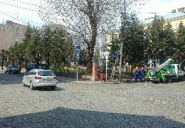 У Чернівцях на розі вулиць Хмельницького та Горького відбулось коротке замикання електромережі чернівецького РЕМу. Тролейбусні лінії до цього нічого не мають