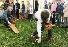 Викачування писанок є однією із Великодніх традицій стародавньої церкви у Мамаївцях на Буковині