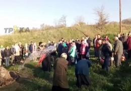 """На Харківщині священник забув святу воду й """"окропив"""" людей із відра. Як це було"""