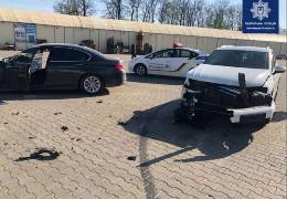На стоянці ринку Добробут у Чернівцях зіткнулися дві елітні іномарки