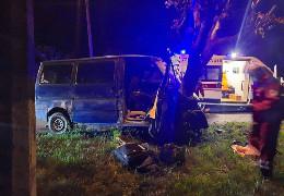 Минулої ночі у Чернівцях п'яний водій на бусі врізався у дерево