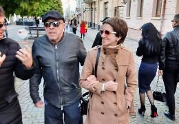 Легендарний співак Андрій Макаревич із молодою дружиною пройшлися вулицею Кобилянської у Чернівцях