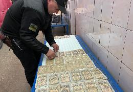"""У """"Порубному"""" на кордоні з Румунією у мікроавтобусі виявили приховану колекцію старовинних монет та банкнот"""