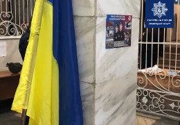 Патрульні затримали чернівчанина, який зняв державний прапор з будівлі обласної філармонії