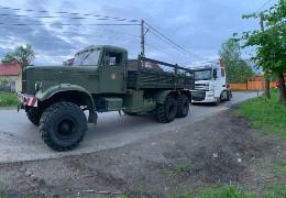 У Чернівцях рятувальники врятували з кювету завантажену фуру, яка могла перекинутися і пошкодити газопровід