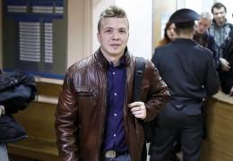 «Не робіть цього, вони вб'ють мене»: пасажирка літака Ryanair переказала діалог Протасевича з бортпровідником