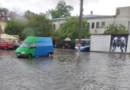 Добиратися додому можна човном. Як Чернівці затопило після потужної зливи