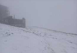 Ви не повірите: гору піп Іван в Карпатах засипає снігом