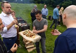 Зеленський посмажив шашлик для журналістів в честь професійного свята