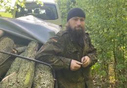 """На Сумщині у лісі """"на гарячому"""" зловили попа московського патріархату який незаконно нарубав машину дуба"""
