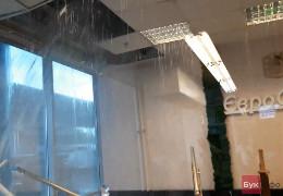 Гіпермаркет МЕТРО у Чернівцях підтопило. Не витримала стеля. Потужна блискавка вдарила у шпиль міської клінічної лікарні