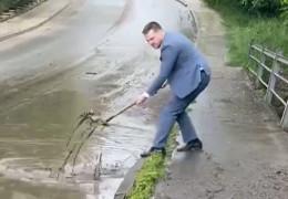 Бешлей з лопатою у костюмі на камеру розчищав у Чернівцях підтоплену вулицю