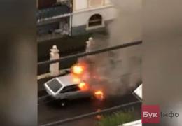 До редакції БукІнфо очевидці надіслали відео, як на вулиці Чернівців несподівано вибухнув легковик на газовому обладнанні