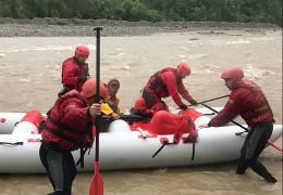 У Черемоші на кордоні з Буковиною рятувальники знайшли тіло 12-річного хлопчика, який напередодні упав у річку