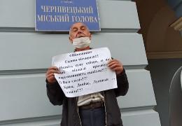 Під ратушею Чернівців чоловік влаштував одиночну акцію протесту