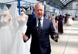 Голова ОДА Осачук у весільному салоні на Калинівському ринку агітував підприємців вакцинуватися