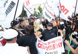 У центрі Києва сутички: протестувальники несли на Банкову труну