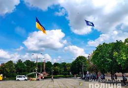 Буковинські поліцейські до професійного свята встановлюють національний рекорд: підняли дронами в небо 200-метровий прапор України
