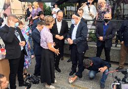 """До 80-х роковин початку Голокосту на Буковині, у Чернівцях встановили меморіальний знак """"Поріг пам'яті"""". На церемонії виділився заявою й Осачук"""