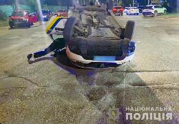 У Чернівцях внаслідок ДТП травмувалися двоє поліцейських: перекинувся автомобіль ДСО