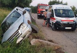 На Кіцманщині врятували людей, яких затиснуло в салоні авто після ДТП