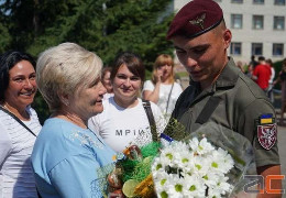 Дочекалися живими: у Чернівцях зустріли десантників, які повернулися із зони ООС