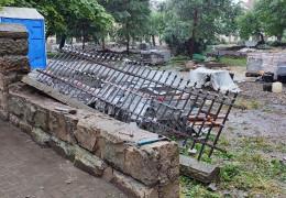 Хулігани чи провокація? В університетському сквері у Чернівцях, де відновлюють пам'ятник Воробкевичу, невідомі повалили секцію старого паркану