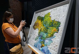 З кристалів та бісеру: у Чернівцях презентували вишиту арт мапу України
