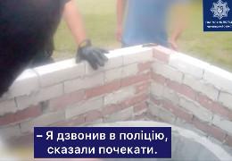 Патрульні поліцейські показали відео, як у буковинському селі витягували з криниці громадянина Туреччини