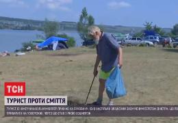 Стає соромно: Як німецький турист на пляжі почистив від сміття берег Дністра у Новодністровську