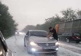 На початку серпня в Україні випав сніг. Засипало трасу Одеса-Миколаїв