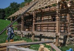 У музеї просто неба в Чернівцях відновлюють давні буковинські хати