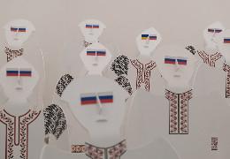 """За """"хохлів"""" до СБУ. У Чернівцях хотіли заборонити інсталяцію з """"українцями на колінах"""", але розум переміг"""