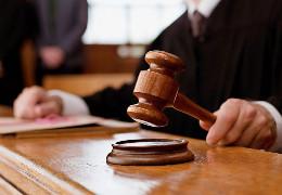 На Буковині засуджено колишнього співробітника СБУ та цивільну особу, які виманили в громадянина 5000 доларів США