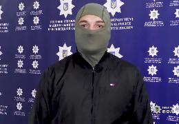 На автовокзалі у Чернівцях поліцейський в позаробочий час затримав чоловіка, який ножем поранив жінку