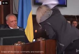 Під час сесії міської ради до зали увірвалася неадекватна жінка напала на Клічука в президії та обматюкала депутатів