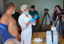 В Івано-Франківську депутатів міськради вакцинували прямо під час сесії