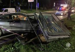 У Чернівцях п'яний водій вночі зніс рекламний щит, який впав на авто