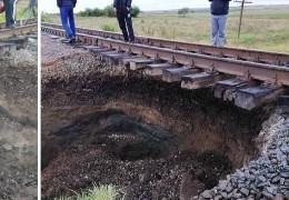 Яма збільшується: з'явилось відео з місця карстового провалля під залізницею на Буковині