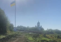 Жодного робітника і техніки: показали закинуту територію біля 50-метрового флагштоку у Чернівцях. Куди ділися мільйони?
